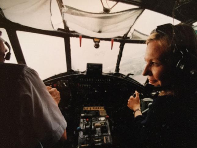 LENTÄJÄNÄ. HS:ssa määräaikaisena työskennellyt Kristiina Markkanen teki kesällä 1999 pitkää juttua Sortavalasta ja lensi co-pilottina Antonov II -lentokoneella kaupungin yllä. Kuva: Jaakko Julkunen