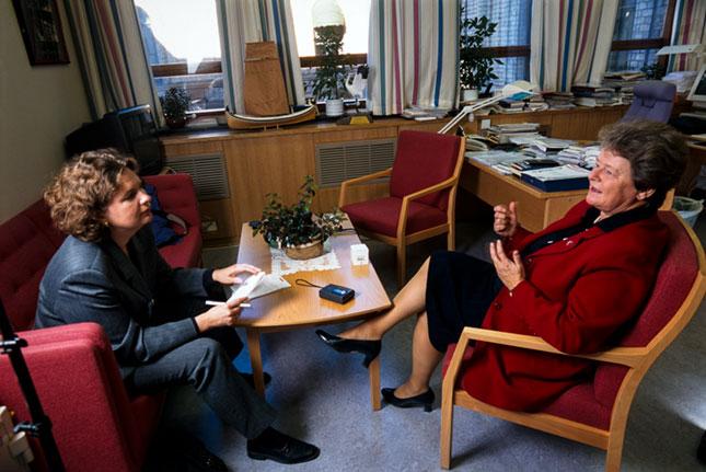 PERUSTYÖSSÄ. Riitta Lehtimäki haastatteli Anna-lehteen politiikan jättävää Norjan pääministeriä Gro Harlem Bruntlandia Oslossa syksyllä 1997. Kuva: Paula Kukkonen / Museovirasto