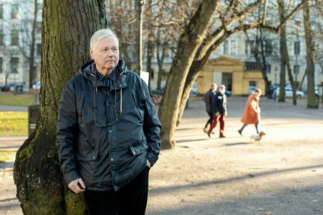 """VANHAT MAISEMAT. """"Halusin kuvata Maurin niillä mestoilla, joilla hän on asunut ja tehnyt töitä jo 1960-luvulla"""", Annika Rauhala sanoo. Mauri Heleniuksen lapset leikkivät pieninä Vanhassa kirkkopuistossa. Kokeneita ammattilaisia jännitti: Rauhalaa kuvaajien kuvaaminen ylipäätään ja Heleniusta kameran toisella puolella oleminen."""