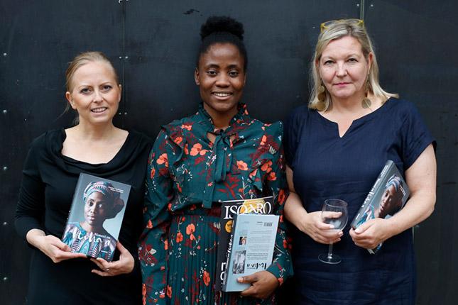 UUSIA TÖITÄ. Kristiina Markkanen (oik.) julkaisi syyskuussa 2020 kirjan ihmiskaupan uhrista Itohan Okundayesta. Keskellä Okundaye ja vasemmalla häntä valokuvannut Anna Kuokkanen. Kuva: Elina Kutramoinen